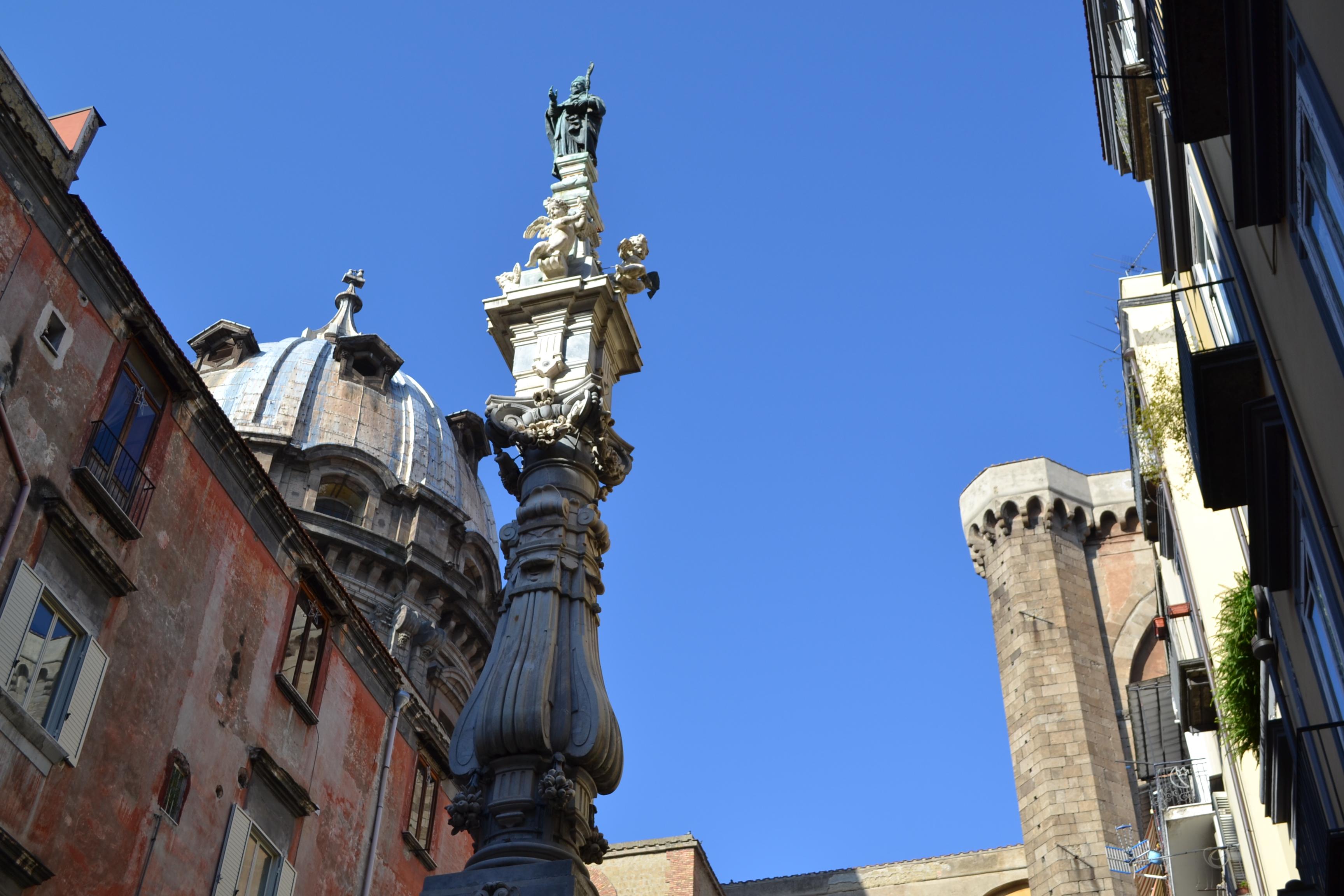 ITALIE -  Naples - statue